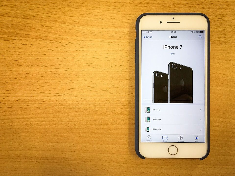 L'iPhone 7 et l'iPhone 7 Plus sont deux smartphones particulièrement tendance en ce moment. Seulement, ce sont aussi des smartphones relativement chers. Par conséquent, il ne faut pas faire l'erreur d'acheter son iPhone sans prendre de coque de protection avec. En effet, l'iPhone 7 et l'iPhone 7 Plus sont fabriqués avec des matériaux haut de gamme, certes, mais relativement fragile. Ce qui veut dire que si votre smartphone n'est pas suffisamment protégé, il peut se casser en tombant ou en se prenant un coup. De plus, en le glissant dans une poche ou dans un sac tel quel, l'écran ou la face arrière peuvent se rayer. Le prix des réparations coûtant particulièrement cher, mieux vaut donc opter pour une coque de protection, ce sera beaucoup plus économique pour vous. Voici donc notre guide sur les coques iPhone 7 et iPhone 7 Plus. Quel est le réel intérêt d'acheter une coque de protection pour iPhone 7 et 7 Plus ? Qui dit coque de protection dit « protection ». Ainsi, ce genre d'accessoire va vous permettre de protéger au mieux votre téléphone portable. Que ce soit lors d'un choc ou d'une chute, les conséquences peuvent être désastreuses. Mais en le protégeant avec une coque protectrice, votre téléphone aura moins de risques d'avoir des dégâts. Il existe plusieurs types de coques iPhone 7. Certaines protègent uniquement l'arrière du téléphone, d'autres se concentrent sur l'écran tandis que d'autres offrent une protection complète. Choisissez donc votre coque de protection en fonction de l'utilisation que vous faites de votre smartphone. Quels sont les différents types de coques de protection pour iPhone 7 et 7 Plus ? Comme expliqué plus haut, il existe bel et bien plusieurs types de coques de protection pour iPhone 7 et 7 Plus. Voici les principaux modèles : La coque classique La coque classique est le modèle de base que la plupart des gens possèdent. Cette coque est très intéressante pour les personnes qui utilisent régulièrement leur smartphone. En effet, la coque ne 